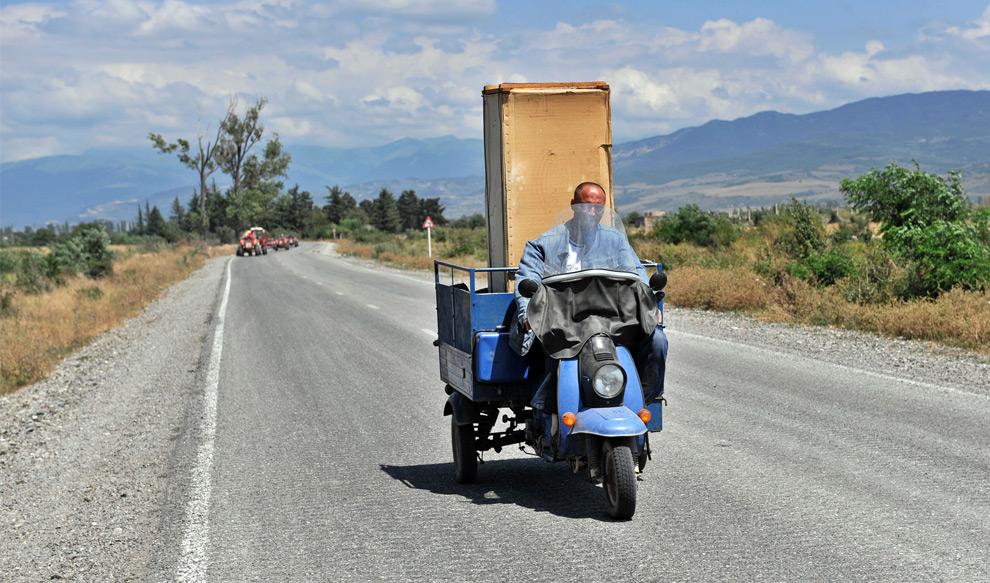 23) Грузинский житель выбирается из зоны конфликта, 10го августа 2008 года Фото: Димитар Дилкофф, AFP