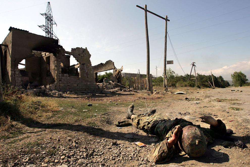 25) Убитый грузинский солдат на улице на окраине Цхинвали. 10ое августа 2008 года. Фото: Дмитрий Костюков, AFP