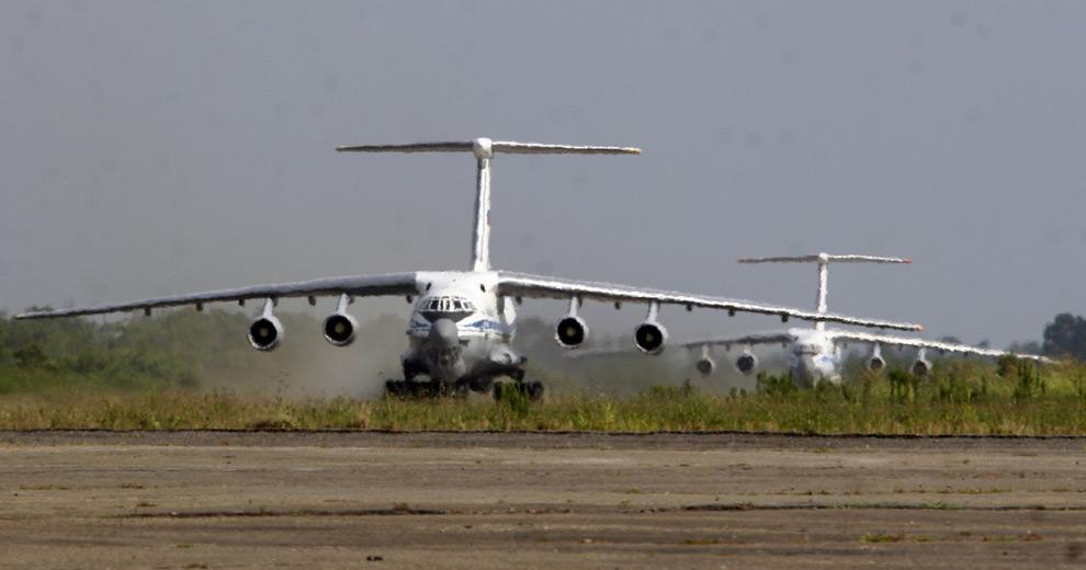 27) Российский военный самолет приземляется в аэропорту Сухуми, Абхазия. 10ое августа 2008 года. Фото: Владимир Попов, AP photo