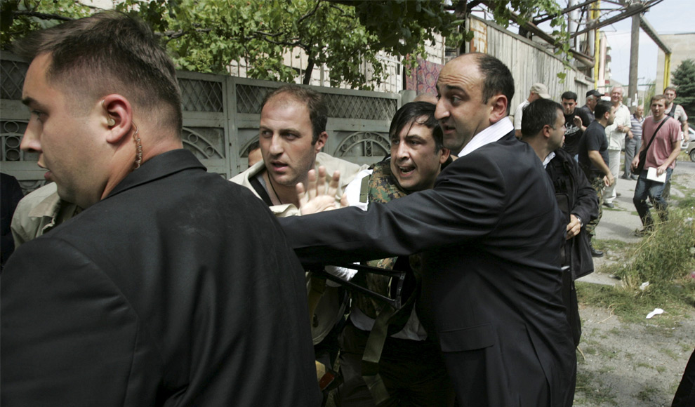 28) Охранники эскортируют президента Саакашвили в городе Гори, 11 августа 2008 года. Фото: Сергей Гриц, AP photo