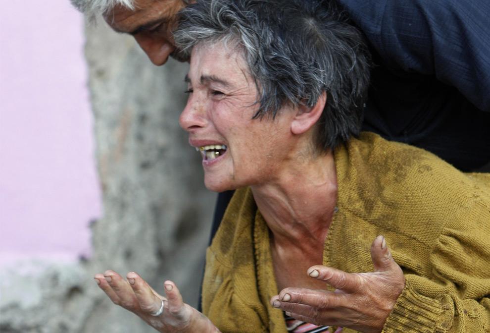 29) Грузинская женщина плачет в Гори, 80 км. от Тбилиси, 11 августа 2008 года. Фото: Глеб Гаранич, Reuters