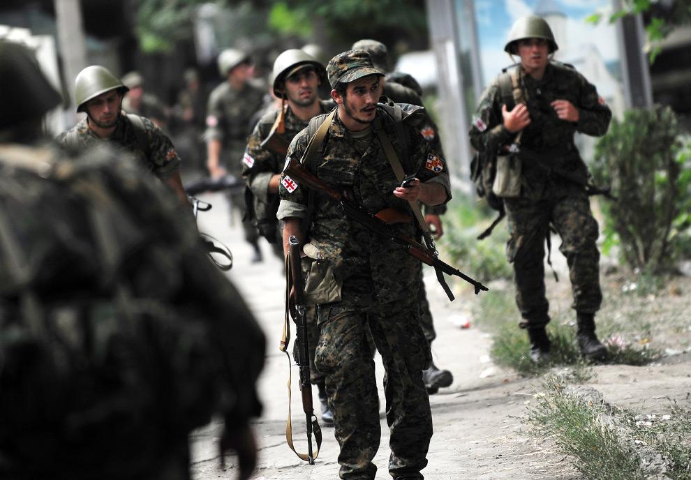 7) Грузинские военные в Гори. 9ое августа 2008 года. Ранее, как сообщило грузинское общественное телевидение, российские самолеты нанесли авиаудары по Гори, убив мирных жителей. Фото: Димитар Дилкофф, AFP