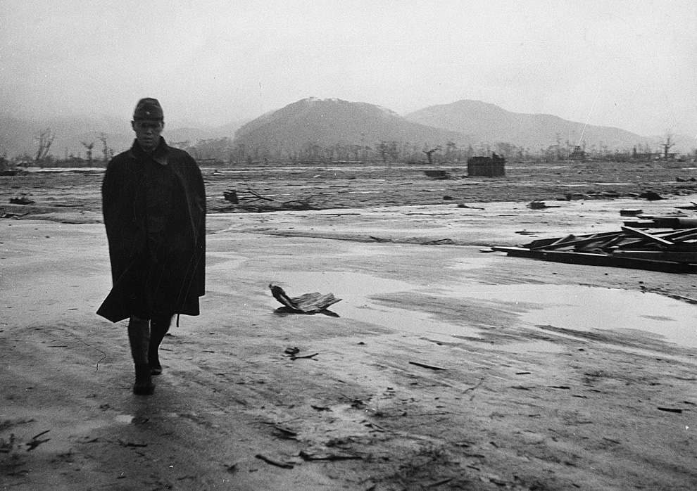 1. Японский солдат идет по пустынной местности в Хиросиме, в сентябре 1945 года, всего через месяц после бомбардировки. Ðта серия фотографий, оÑ'Ð¾Ð±Ñ€Ð°Ð¶Ð°ÑŽÑ‰Ð¸Ñ ÑÑ'радания людей и руины, была представлена Американским военно-морским флотом. (U.S. Department of Navy)