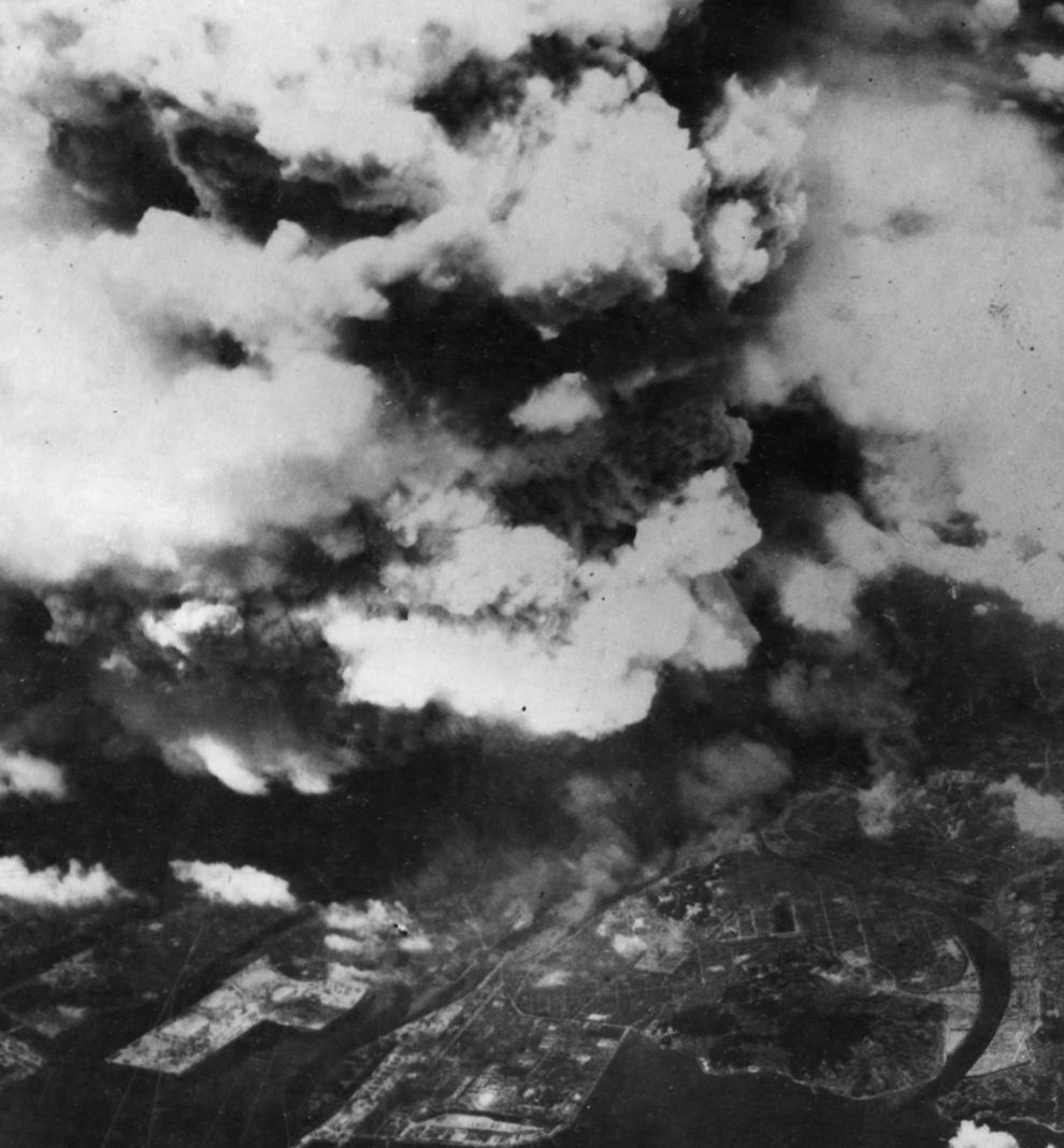 7. Фото, сделанное из одного из Ð´Ð²ÑƒÑ Ð°Ð¼ÐµÑ€Ð¸ÐºÐ°Ð½ÑÐºÐ¸Ñ Ð±Ð¾Ð¼Ð±Ð°Ñ€Ð´Ð¸Ñ€Ð¾Ð²Ñ‰Ð¸ÐºÐ¾Ð² 509-ой сводной группы, вскоре после 8:15, 5 августа 1945 года, показывает поднимающийся от взрыва дым над городом Хиросима. К моменту съемки уже произошла вспышка света и жара от огненного шара диаметром 370 м, и взрывная волна быстро рассеивалась, уже причинив основной вред зданиям и людям в радиусе 3,2 км. (U.S. National Archives)