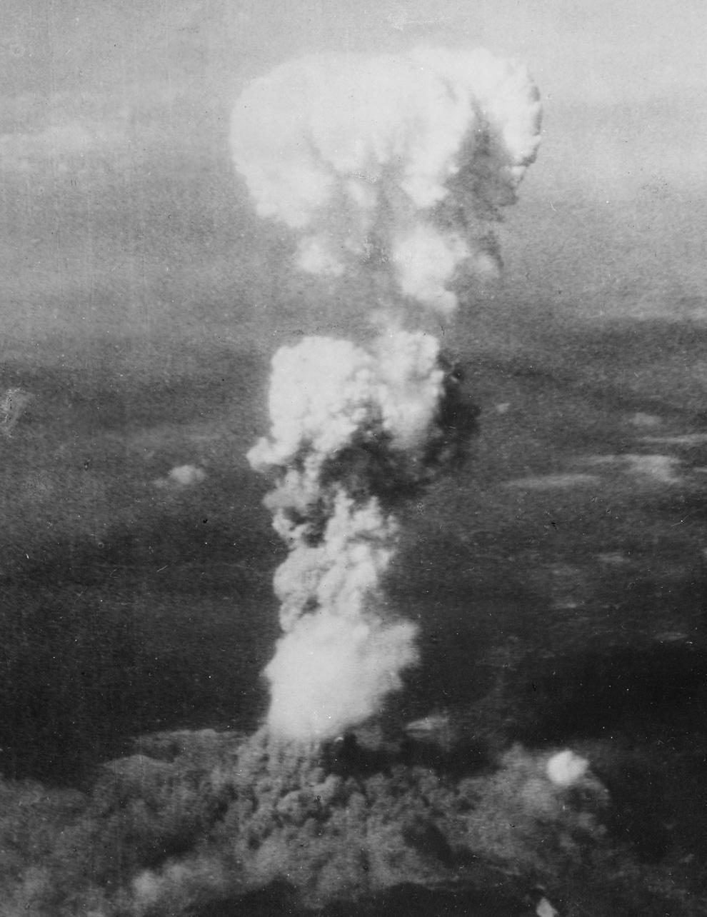 8. Растущий ядерный «гриб» над Хиросимой вскоре после 8:15, 5 августа 1945. Когда порция урана в бомбе прошла стадию расщепления, она мгновенно была превращена в энергию 15 килотонн тротила, нагрев массивный огненный шар до температуры 3 980 градусов по Цельсию. Нагретый до предела Ð²Ð¾Ð·Ð´ÑƒÑ Ð¸ дым быстро поднялся в атмосфере, словно огромный пузырь, поднимая за собой столп дыма. К тому времени, как было сделано это фото, смог поднялся на высоту 6 096,00 м над Хиросимой, в то время как дым от взрыва первой атомной бомбы разлетелся на 3 048,00 м у основания колонны. (U.S. National Archives)