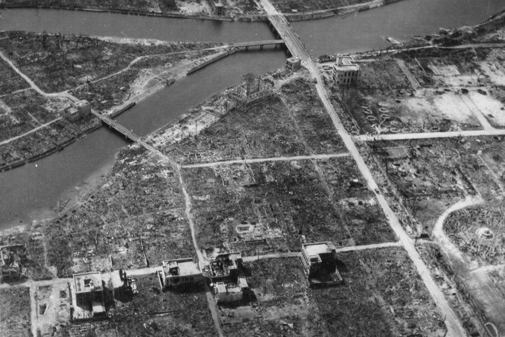 10. Вид эпицентра Хиросимы осенью 1945-го — полное разрушение после сброса первой атомной бомбы. На фотографии виден гипоцентр (центральная точка очага взрыва) — примерно над Y-образным перекрестком в центре слева. (U.S. National Archives)