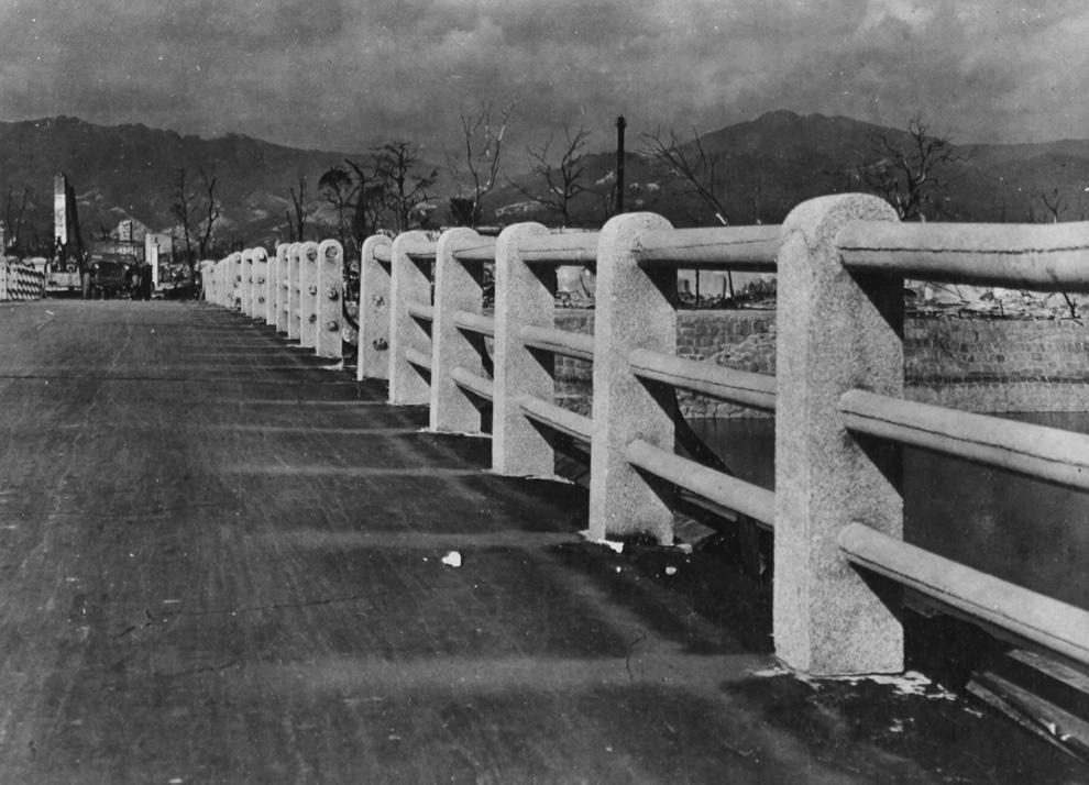 12. Мост через реку Ота в 880 меÑ'Ñ€Ð°Ñ Ð¾Ñ' гипоцентра взрыва над Хиросимой. Заметьте, как сгорела дорога, и слева видны призрачные отпечатки там, где когда-то поверÑность защищали бетонные колонны. (U.S. National Archives)