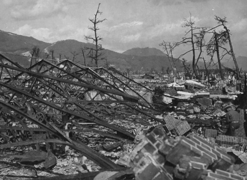 14. Взрыв разрушил завод Окита в Хиросиме, Япония. 7 ноября 1945. (U.S. National Archives)