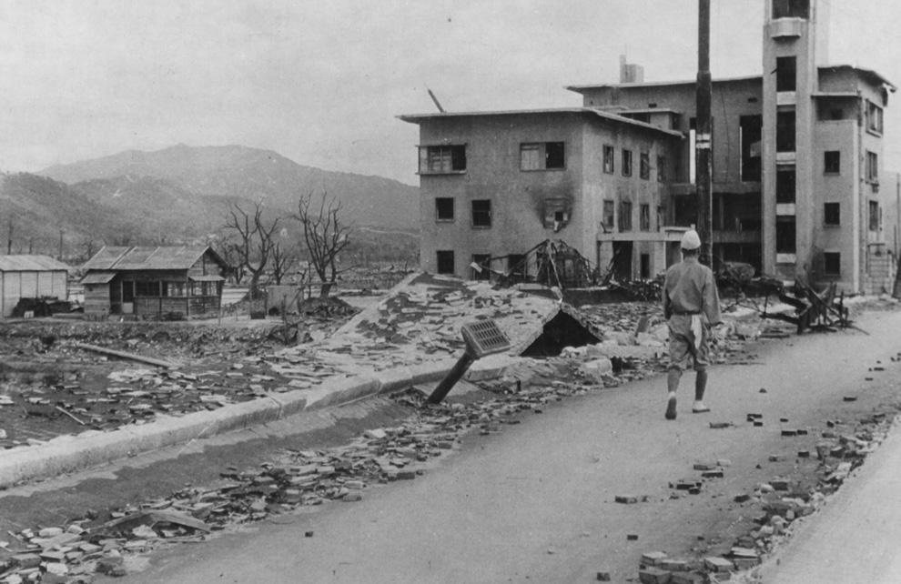 15. Разрушенная улица в Хиросиме. Взгляните, как был приподнят тротуар, а из моста торчит водосточная труба. Ученые говорят, что это произошло из-за вакуума, созданного давлением от атомного взрыва. (U.S. National Archives)