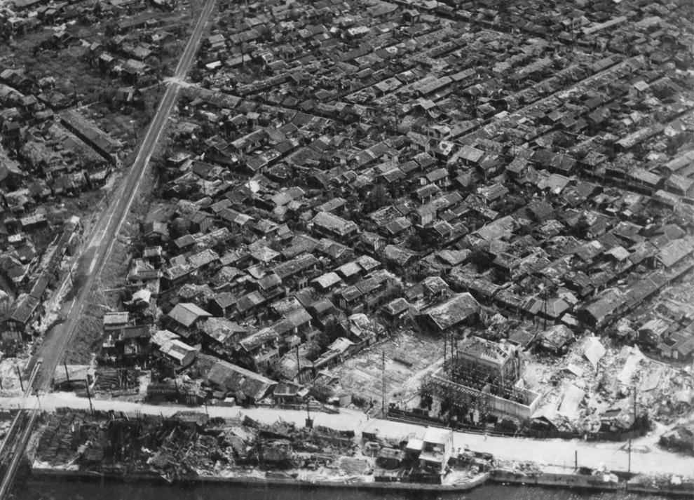 17. Густонаселенный район Хиросимы спустя недели после взрыва на краю сильно пострадавшего района (обратите внимание на здание внизу, которое сравняло с землей). (U.S. National Archives)