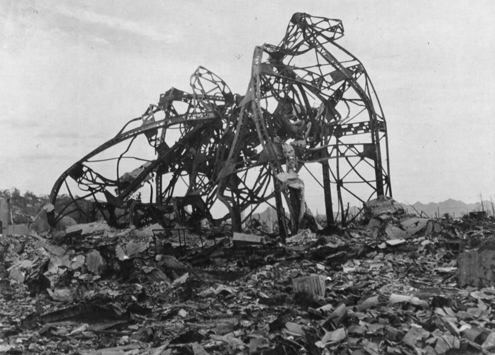18. Скрюченные железные перекладины — все, что осталось от здания театра, находившегося примерно в 800 метрах от эпицентра. (U.S. National Archives)