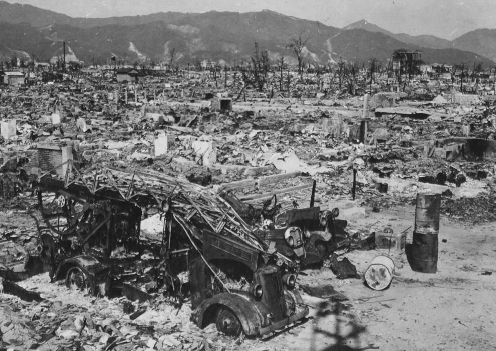 19. Пожарное отделение Хиросимы потеряло свой единственный автомобиль, когда западная станция была уничтожена взрывом атомной бомбы. Станция находилась в 1 200 метрах от эпицентра. (U.S. National Archives)