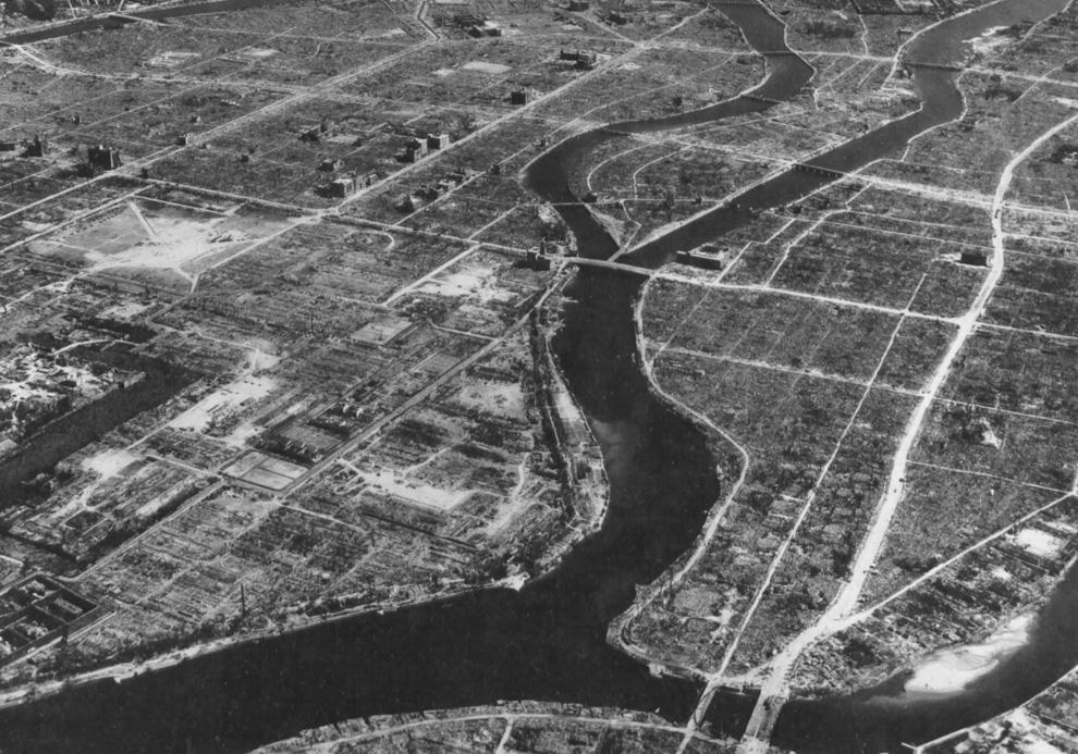 20. Вид Хиросимы с воздуха осенью 1945-го. В центре вверху виден гипоцентр и купол атомной бомбы. (U.S. National Archives)