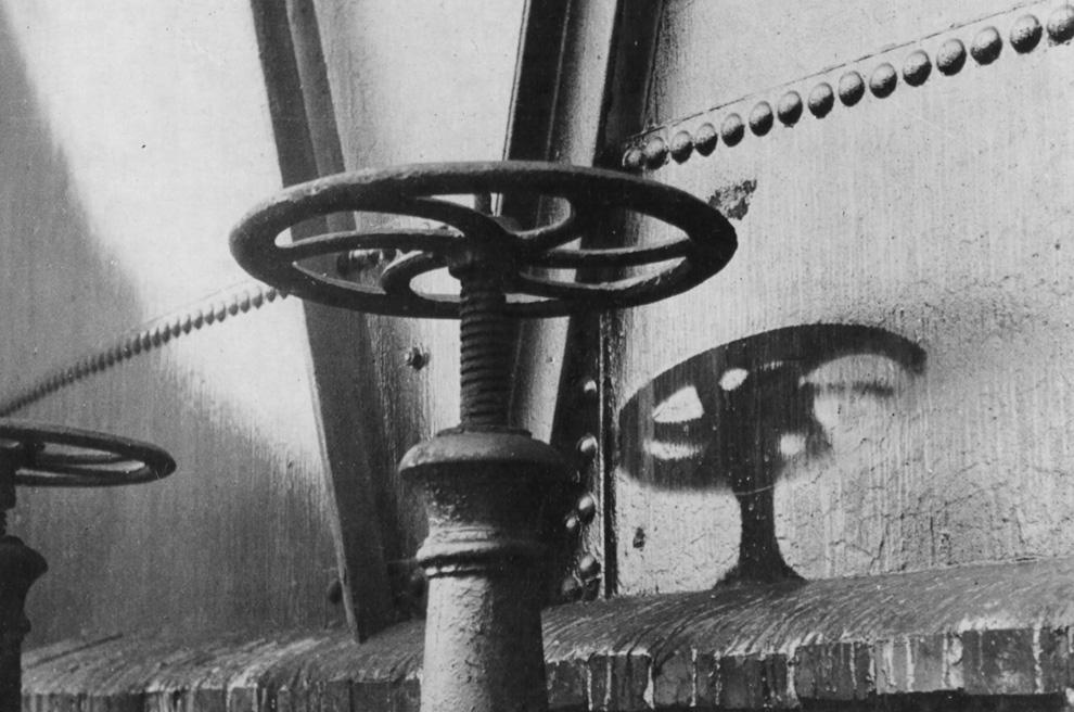 22. «Тень» ручки клапана на окрашенной стене резервуара с газом после трагических событий в Хиросиме. Радиационная жара мгновенно сожгла краску там, где радиационные лучи прошли беспрепятственно. 1 920 м от эпицентра. (U.S. National Archives)