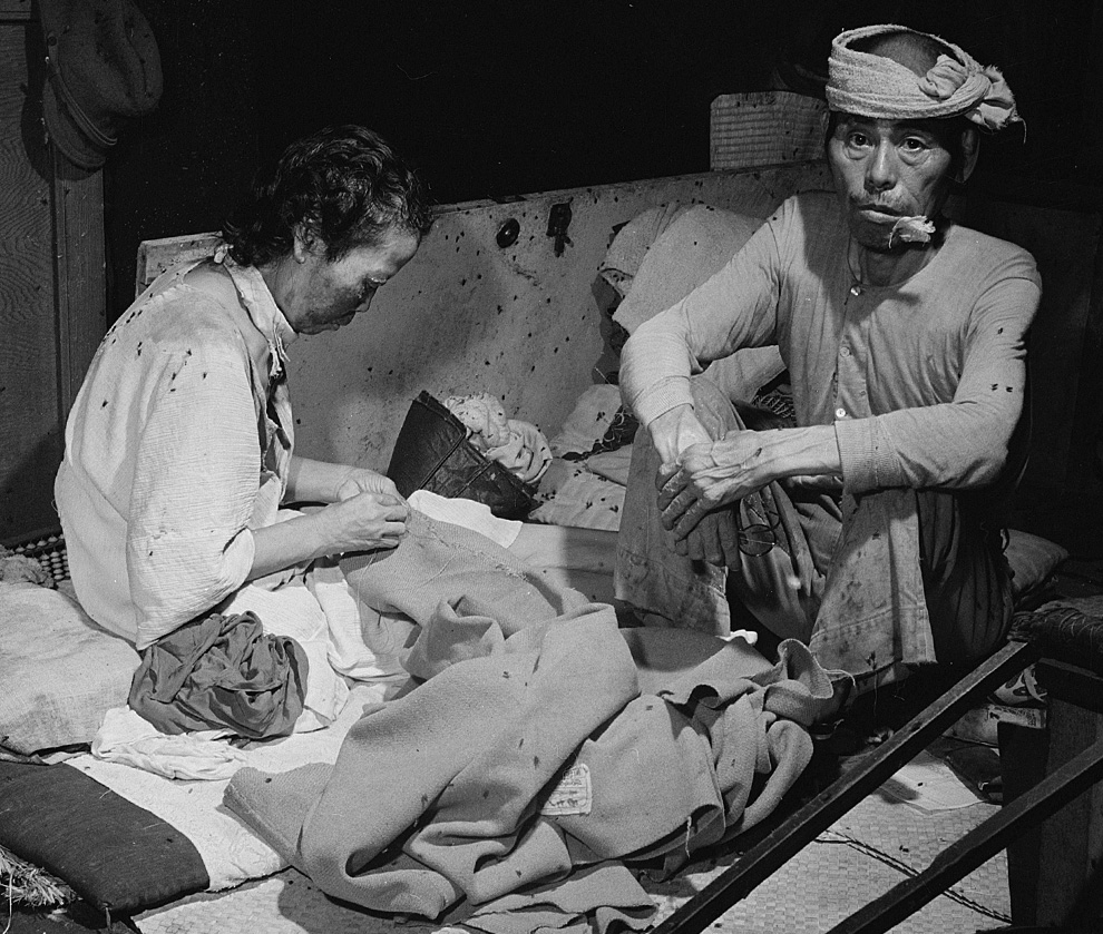19. Жертвы взрыва в кишащем муÑами временном госпитале в здании банка в Хиросиме 15 сентября 1945 года. (U.S. Department of Navy)