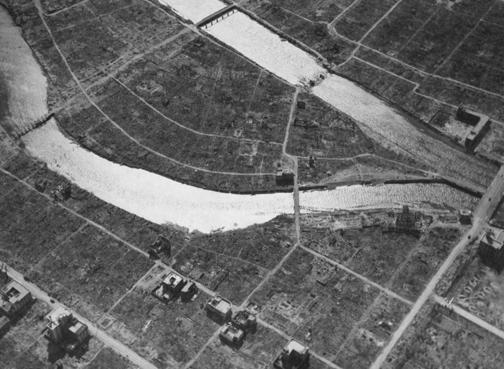 27. Вид с воздуха эпицентра и известного сейчас Купола атомной бомбы в Хиросиме спустя несколько недель после событий 6 августа 1945 года. (U.S. National Archives)
