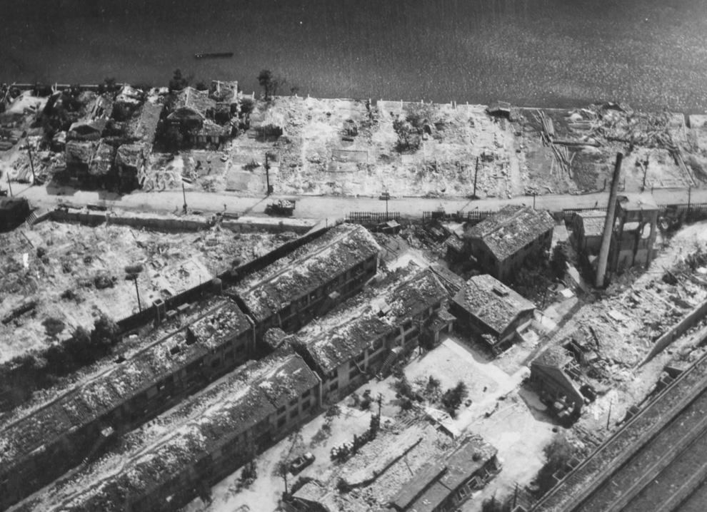 29. Вид сверху на разрушенный промышленный район Хиросимы осенью 1945 года. (U.S. National Archives)