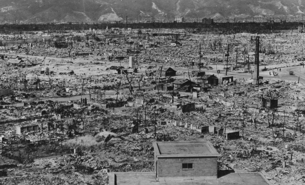 30. Вид Хиросимы и гор на заднем фоне осенью 1945 года. Снимок сделан с развалин госпиталя Красного Креста, менее чем в 1,60 км от гипоцентра. (U.S. National Archives)