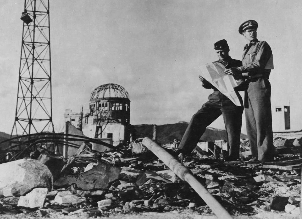 31. Члены армии США исследуют район вокруг эпицентра в Хиросиме осенью 1945 года. (U.S. National Archives)