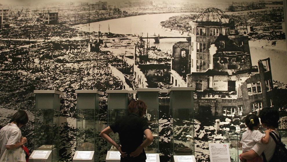 32. Посетители мемориального парка Хиросимы смотрят на панорамный вид последствий атомного взрыва 27 июля 2005 года в Хиросиме. (Photo by Junko Kimura/Getty Images)