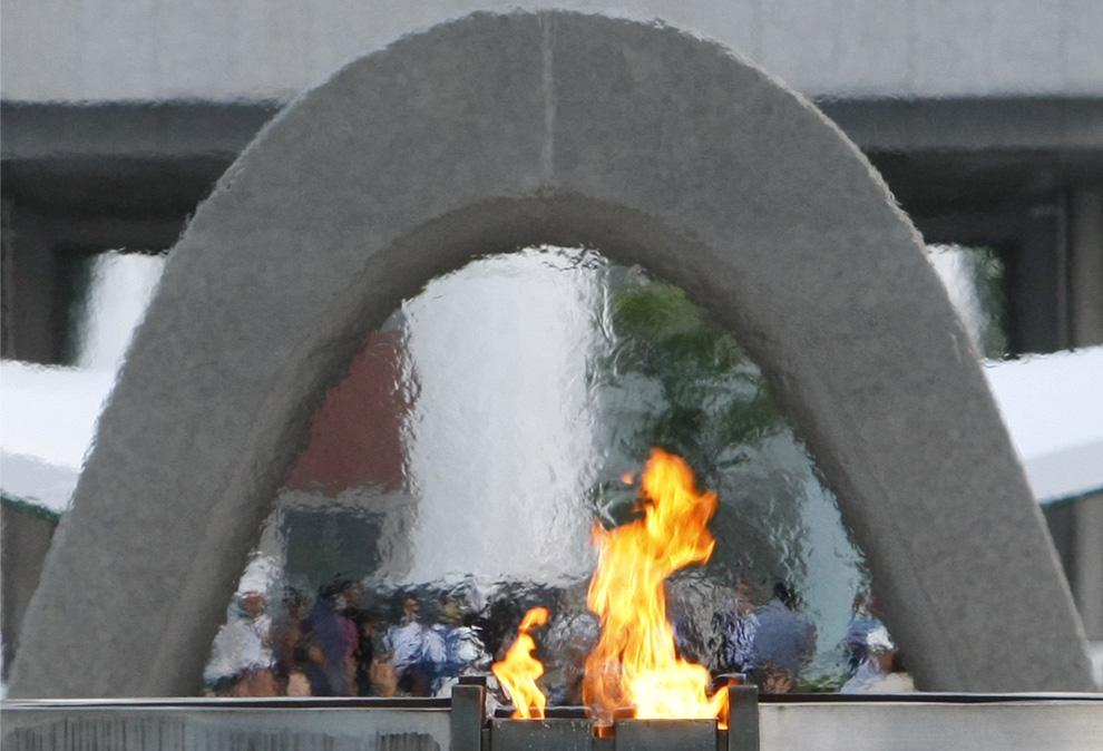 33. Мемориальный огонь в честь жертв атомного взрыва на памятнике в мемориальном парке Хиросимы, западная Япония, вторник, 4 апреля 2009 года. Огонь горит постоянно с момента его зажжения 1 августа 1964 года. Огонь будет гореть до тех пор, «пока все атомное оружие земли не исчезнет навсегда». (AP Photo/Shizuo Kambayashi)
