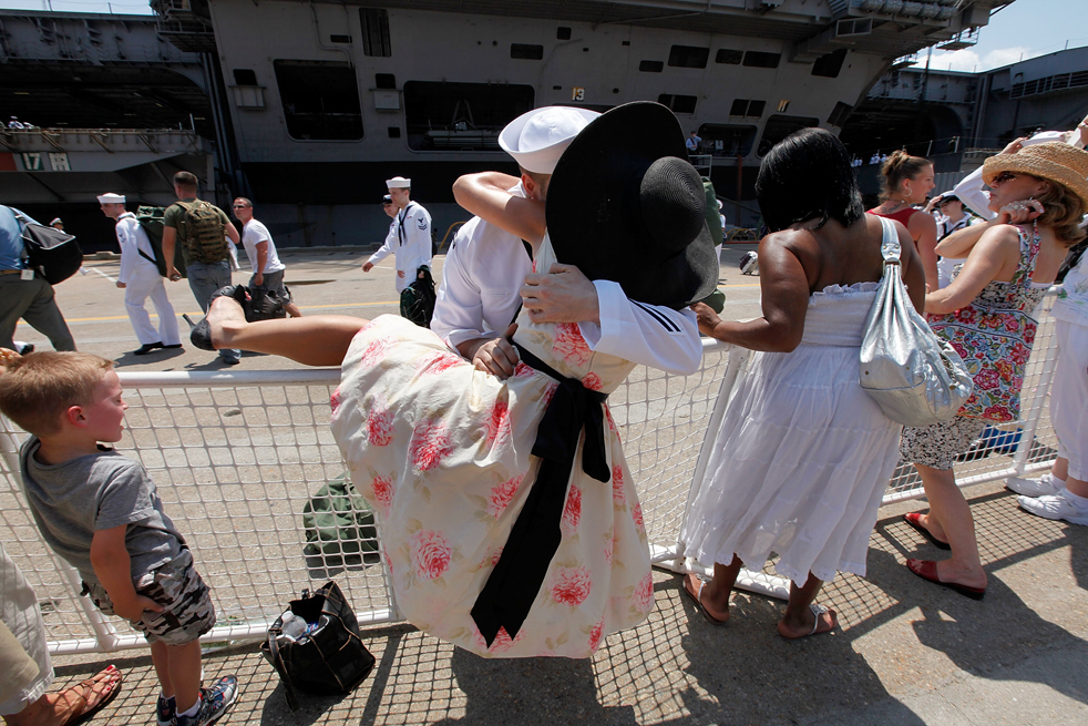 2. Стефании Стюарт и ее парень – главный корабельный старшина Джозеф Райдер – обнимаются после прибытия авианосца Эйзенхауэр в Норфолк, Вирджиния, 30 июля. (Getty Images/Mark Wilson)