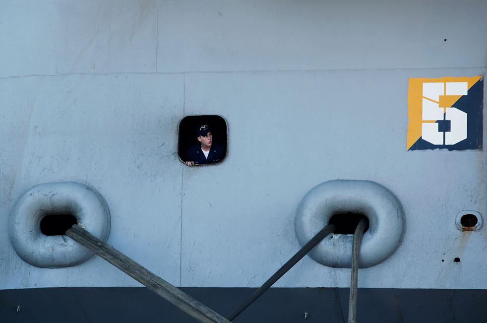 4. Моряк выглядывает из иллюминатора авианосца Эйзенхауэр, который прибыл в Норфолк, Вирджиния, 30 июля. (Getty Images/Mark Wilson)