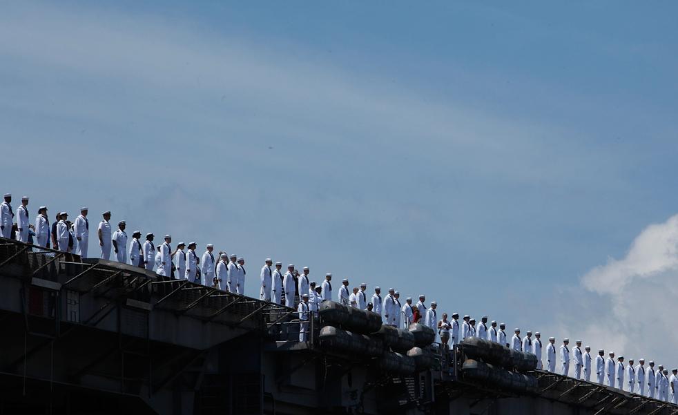 5. Моряки выстроились в ряд на палубе авианосца Эйзенхауэр, прибывающего в Норфолк, Вирджиния, 30 июля. (Getty Images/Mark Wilson)