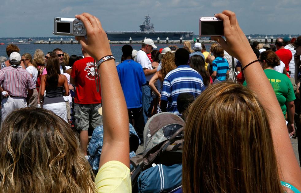 6. Друзья и родственники собрались, чтобы не пропустить прибытие авианосца Эйзенхауэр в Норфолк, Вирджиния, 30 июля. (Getty Images/Mark Wilson)
