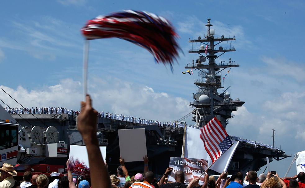 8. Авианосец Эйзенхауэр прибывает в порт Норфолка, штат Вирджиния, 30 июля. (Getty Images/Mark Wilson)
