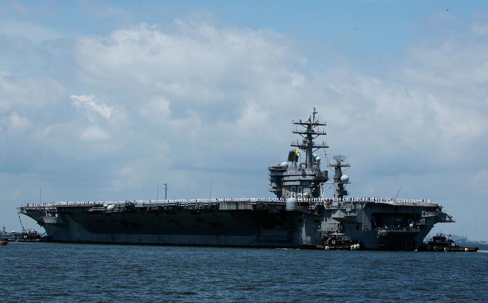 9. Авианосец Эйзенхауэр прибывает в порт Норфолка, штат Вирджиния, 30 июля. (Getty Images/Mark Wilson)