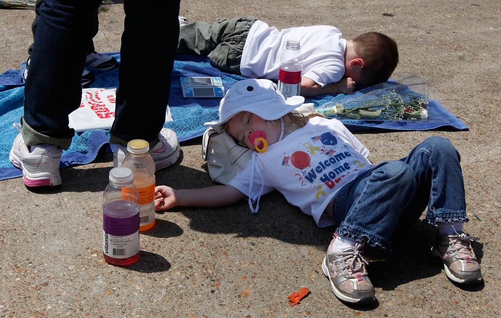 10. Двухлетняя Эмили Смит решила вздремнуть в ожидании своего папы, который должен прибыть в Норфолк, Вирджиния, на авианосце Эйзенхауэр 30 июля. (Getty Images/Mark Wilson)