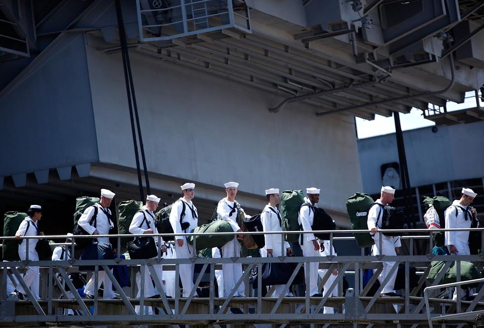 11. Моряки сходят на берег с авианосца Эйзенхауэр по прибытии его в Норфолк, Вирджиния, 30 июля. (Getty Images/Mark Wilson)