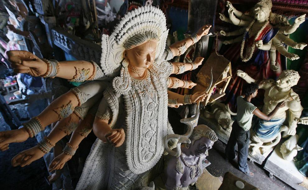 4) Художник придает последние штрихи статуе индусской богини Дурга в мастерской северо-восточного города Силигури 20 сентября 2008 года. Статуи будут использованы во время фестиваля Дурга Пуджа – популярного религиозного события для индусских бенгальцев. В индусской мифологии Дурга символизирует силу и триумф добра над злом.