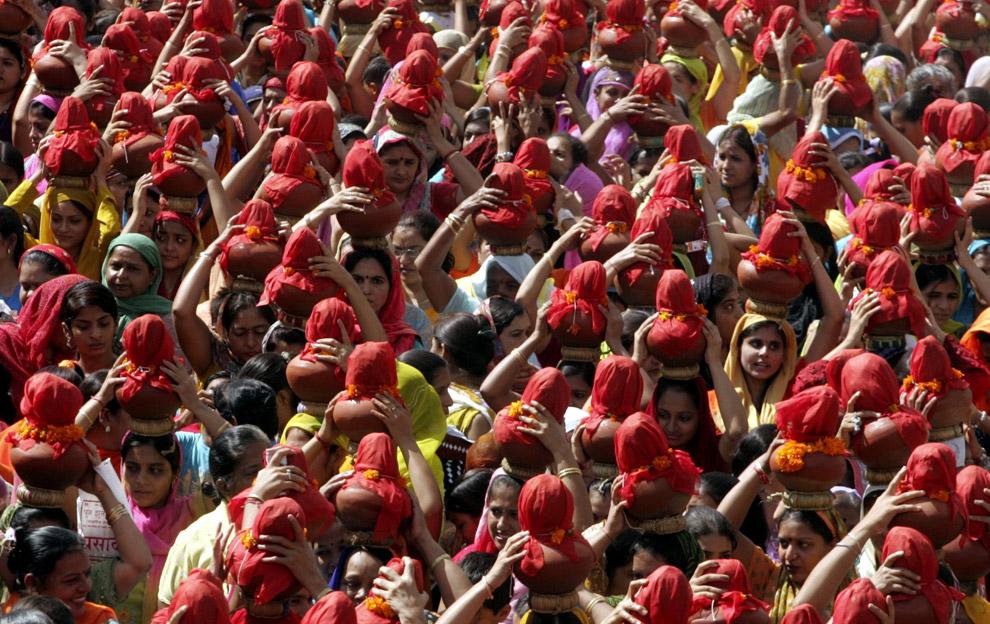 5) Верующие несут глиняные кувшины, принимая участие в длинной процессии Джулелай Чалиха в западном городе Ахмедабад 6 сентября 2008 года. Тысячи людей приняли участие в 40-дневном фестивале Джулелай Чалиха сообщества Синдхи, которое закончилось в субботу яркой цветной процессией с участием глиняных кувшинов, которые несли на головах как мужчины, так и женщины.