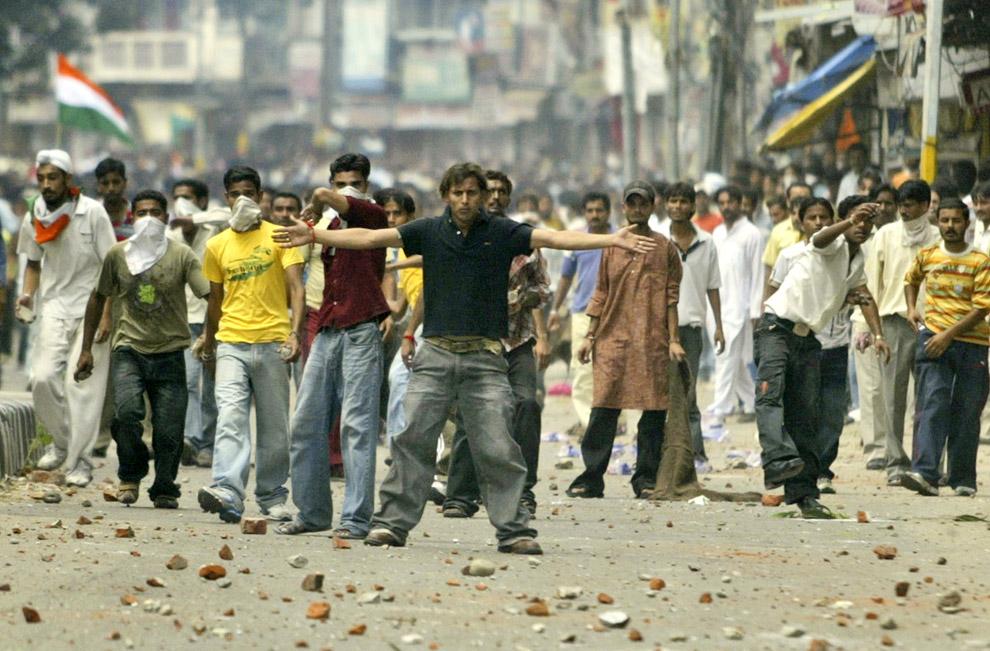 7) Протестанты вызывают на бой полицию во время победного объединения в Джамму, Индия, воскресенье 31 августа 2008. В воскресенье индусы прекратили свой двухмесячный протест по поводу отвода земли, чтобы создать все условия для паломников индийской части Кашмира, которые, как утверждают власти, были инициаторами нескольких актов жестокого насилия более десяти лет.