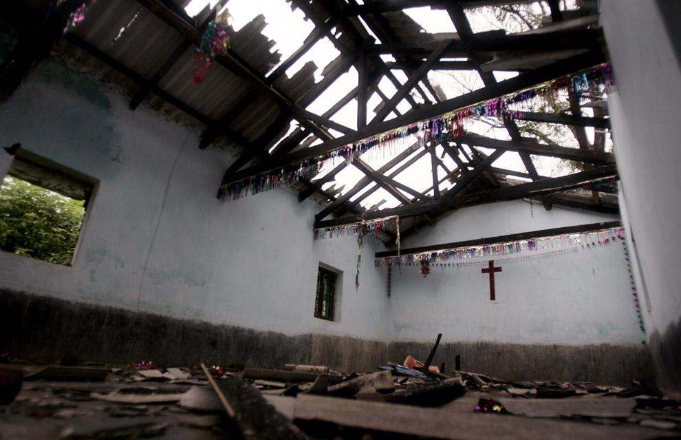 10) Разрушенная церковь в деревне Ракия, Индия, которую якобы разрушили индусские фундаменталисты 31 августа 2008 года. Индийские власти утверждали, что прекратили все столкновения между индусами и христианами на востоке страны, и это событие привело к жалящей критике правительства. По меньшей мере, 10 человек погибли, тысячам пришлось покинуть дома в результате насилия в прибрежном штате Орисса, а католическая церковь обвинила полицию в том, что она не смогла защитить беспомощных священников и монахинь.