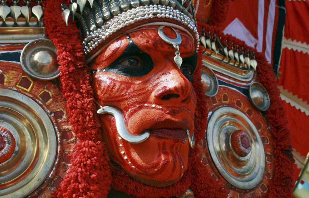 11) Танцор Тейям в ожидании начала представления во время праздника, знаменующего начало ежегодного фестиваля урожая «Онам» в южном городе Индии Кочи 2 сентября 2008 года. Фестиваль, длящийся 10 дней, ежегодно празднуется в прибрежном южном штате Керала и символизирует возвращение короля Махабали к своим верным вассалам.