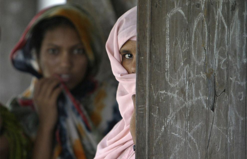 17) Реакция мусульманских женщин на камеру в созданном наспех лагере для пострадавших от наводнения в городе округа Арария в восточном штате Бихар, 7 сентября 2008 года.
