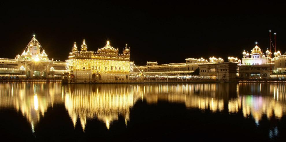 22) Вид освещенного ночью Золотого Храма, святейшего места поклонения сикхов, в Амритсаре, Индия, понедельник 1 сентября 2008. В 2008 году сикхи праздновали сороковую годовщину принятия Гуру Грантх Сахиб – священной книги сикхов.