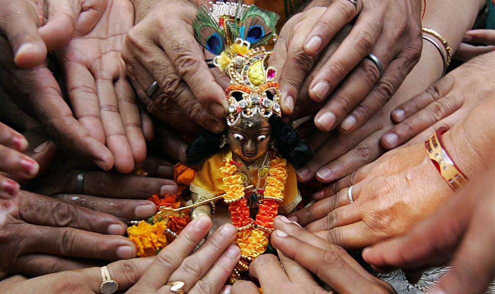 23) Верующие индусы отдают дань статуэтке великого бога Кришны в храме Шивала в Амритсаре 24 августа 2008 года по случаю фестиваля Джанмаштами, который знаменует рождение бога Кришны. По всей северной части Индии разносятся ритуальные песни и танцы.