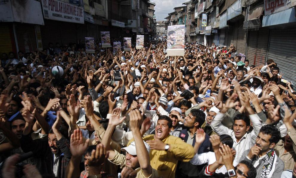 31) Протестанты Кашмира кричат освободительные слоганы во время анти-индийского протеста в Шринагаре 19 сентября 2008 года. Тысячи мусульманских демонстрантов, выкрикивающих анти-индийские слоганы, вышли на улицы главного города Кашмир в пятницу и возобновили протесты против правления Нью-Дели в оспариваемом регионе.