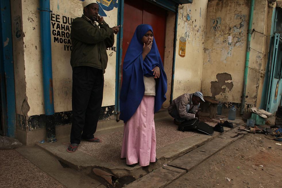 16) Девочка стоит перед входом в магазин в Истлей. (Getty Images/Spencer Platt)