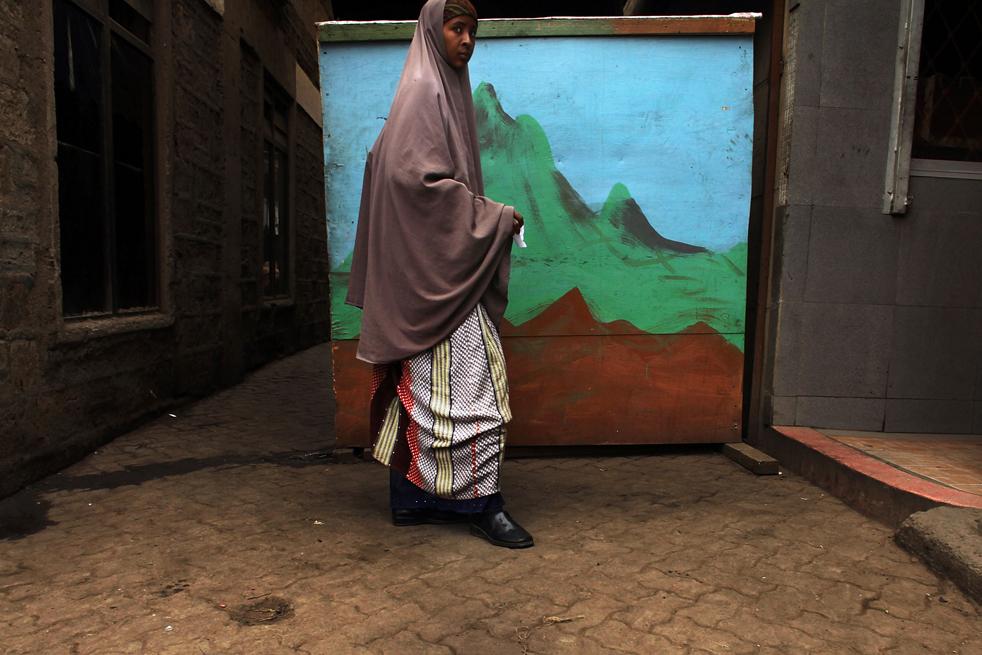 15) Женщина стоит возле стены с рисунком на улице в Истлей. (Getty Images/Spencer Platt)