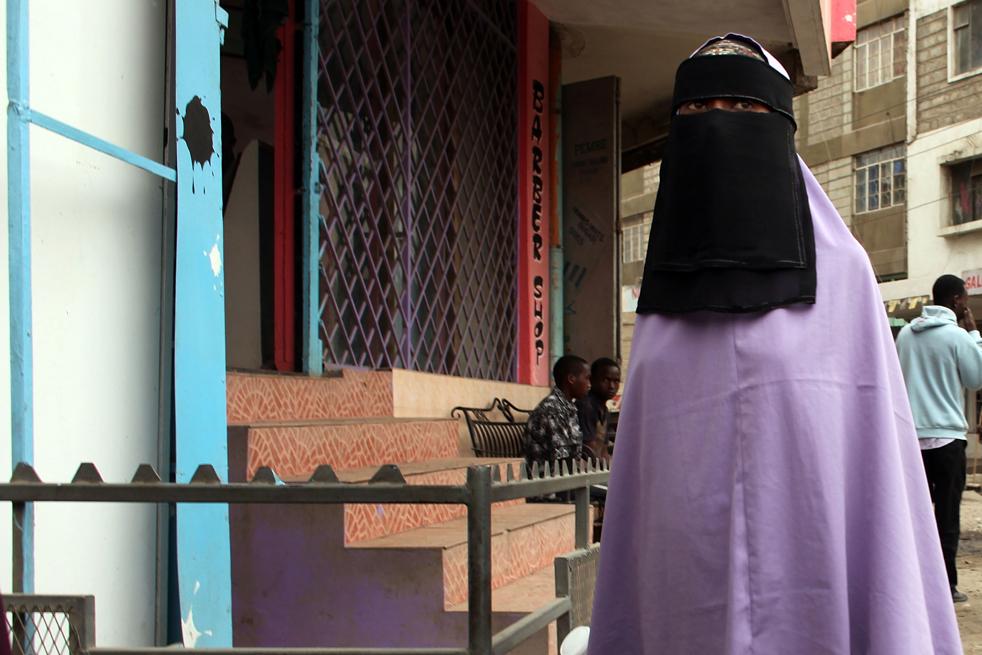 14) Женщина идет по улице в Истлей. (Getty Images/Spencer Platt)