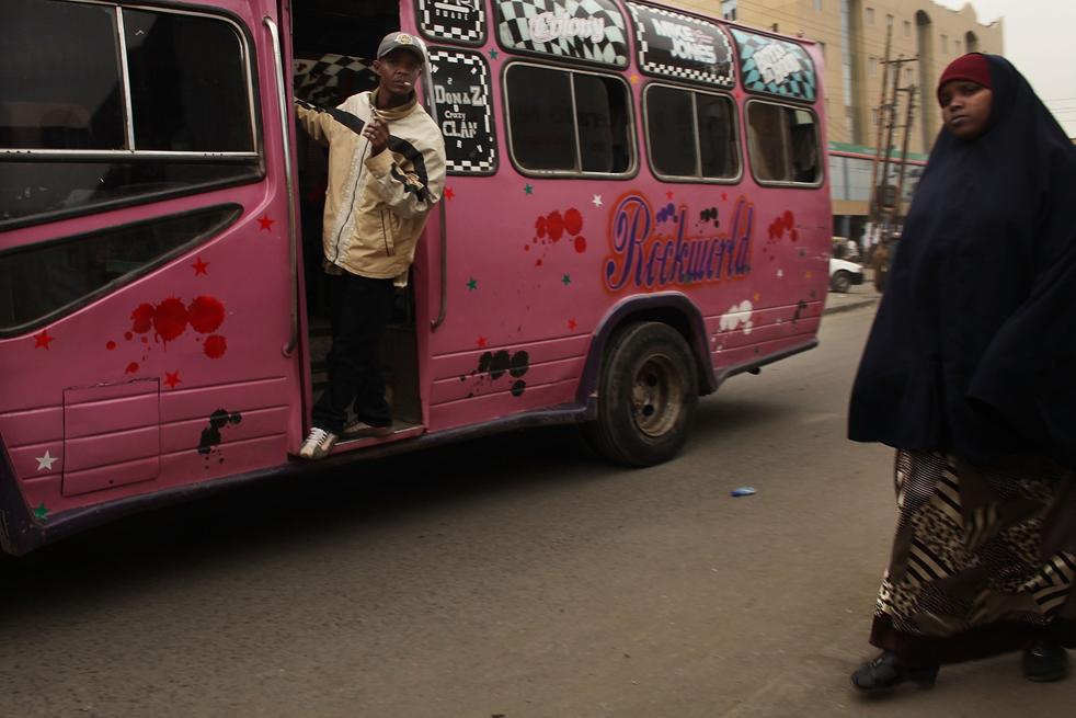 12) Женщина идет по улице в Истлей, преимущественно мусульманском районе Сомали, 18 августа в Найроби, Кения. (Getty Images/Spencer Platt)