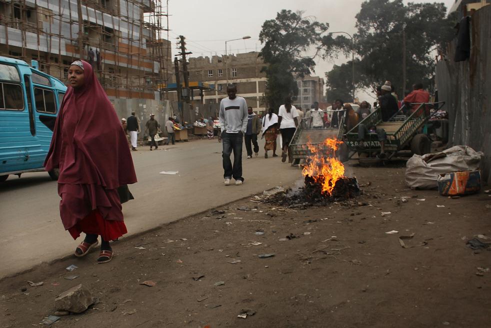 11) Женщина идет по улице в Истлей, преимущественно мусульманском районе Сомали, 18 августа в Найроби, Кения. (Getty Images/Spencer Platt)