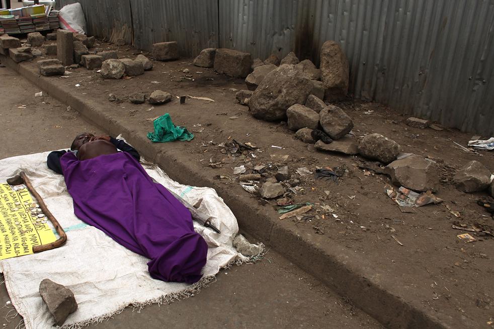 10) Инвалид просит милостыню в мусульманском районе Истлей 18 августа в Найроби, Кения. Называемое «Маленький Могадишу», это местечко стало домом тысячам сомалийцам, бежавшим из охваченного войной Сомали. (Getty Images/Spencer Platt)