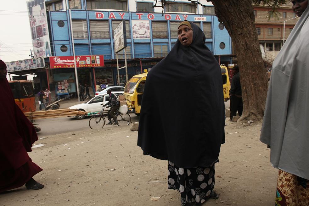 9) Женщина идет по улице в Истлей, преимущественно мусульманском районе Сомали, 18 августа в Найроби, Кения. (Getty Images/Spencer Platt)