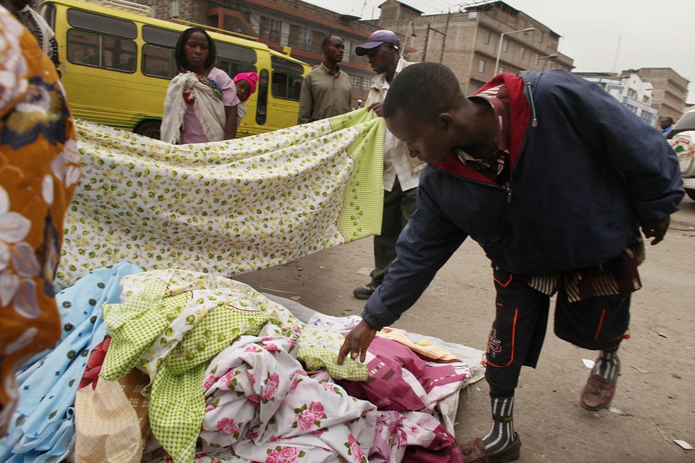 8) Люди делают покупки на уличном рынке в Истлей. (Getty Images/Spencer Platt)